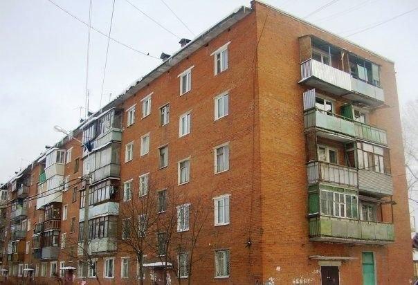 Пятиэтажный дом с балконами на всех этажах.
