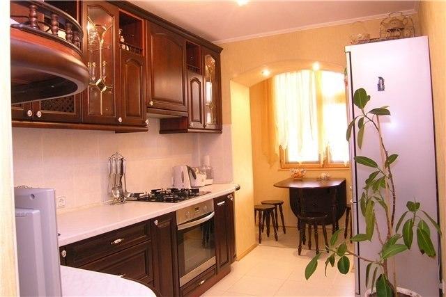 На балконе, совмещенном с небольшой кухней, можно обустроить.